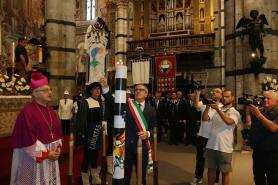 The service which sees the blessing of the drappellone