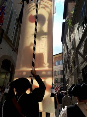The drappellone paraded through the streets on the way to the Duomo