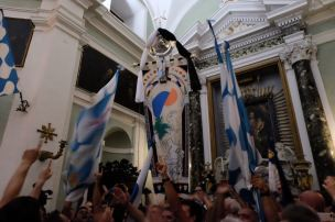 Celebrations in the church of Onda. Photo by Ian Pollard.